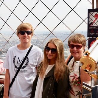 Family photo Eiffel Tower